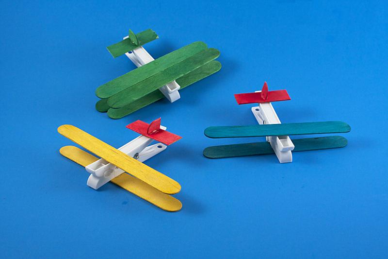 como fazer brinquedo reciclado aviaozinho palito picole pregador roupa criancas brincar atividade escolar  (1)