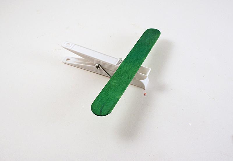 como fazer brinquedo reciclado aviaozinho palito picole pregador roupa criancas brincar atividade escolar  (3)