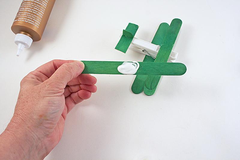 como fazer brinquedo reciclado aviaozinho palito picole pregador roupa criancas brincar atividade escolar  (6)