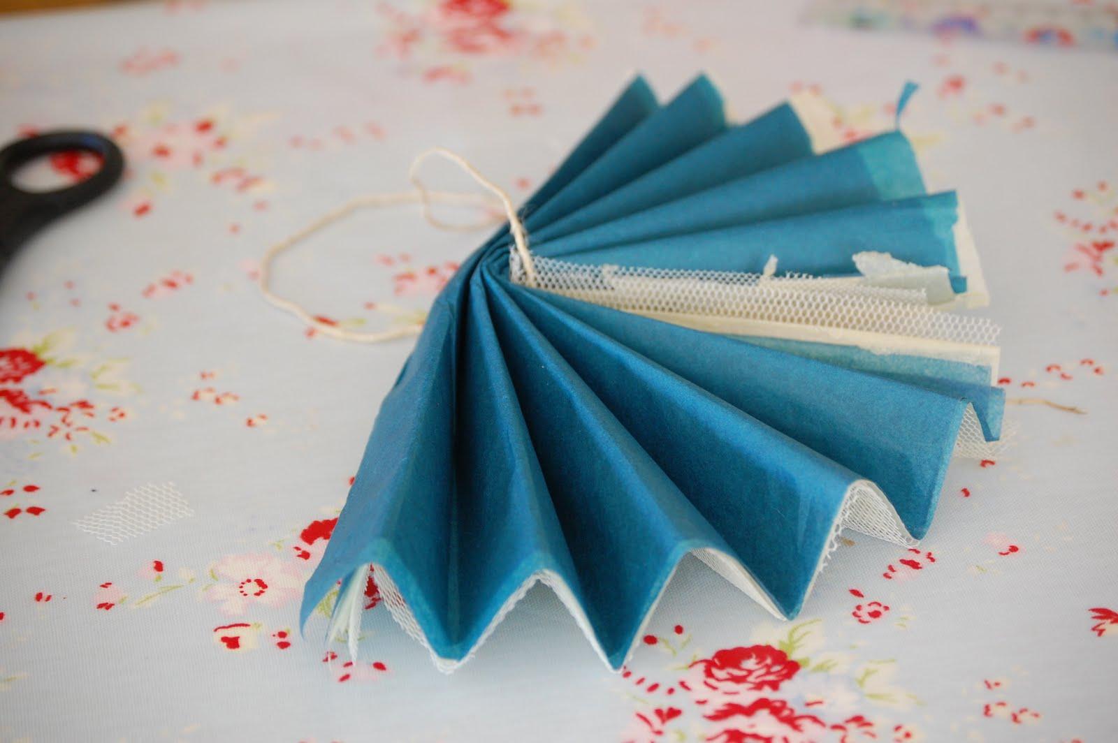 como fazer pompom papel de seda tule decoracao festa aniversario batizado casamento cha de bebe (3)